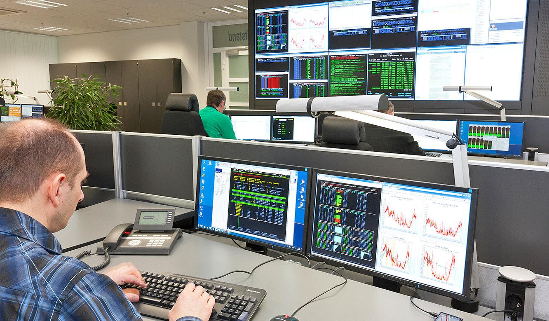 JST - R+V Versicherung - Leitstand - Operator am Arbeitsplatz