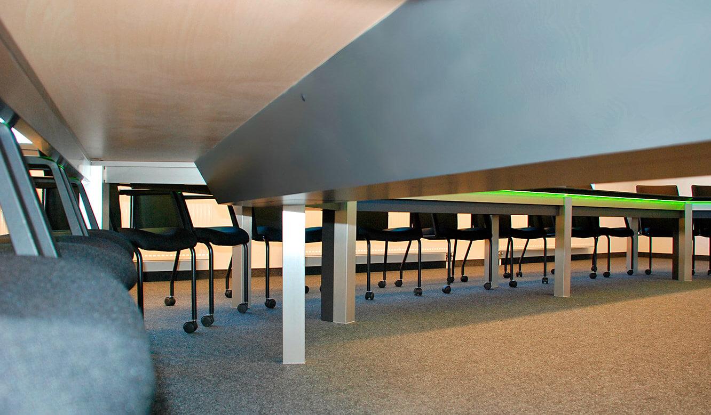 JST Referenzen - Siemens: Kabelschacht unter dem Konferenztisch