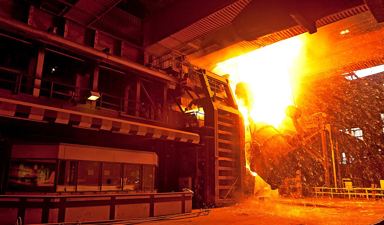 ArcelorMittal: der neue Leitstand von JST neben dem Konverter