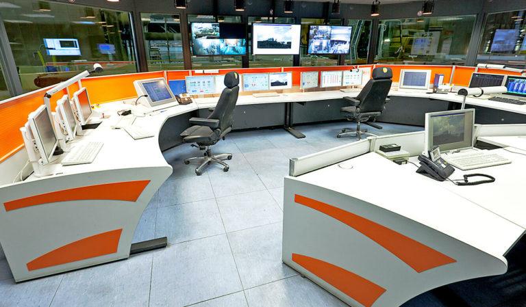JST - ArcelorMittal. Der neue Leitstand von JST. Operator-Tische.