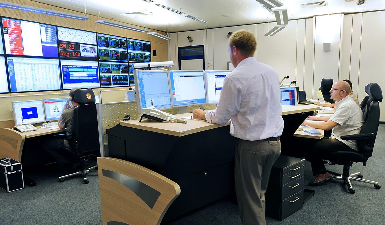 JST - ASIC - Operation Center - Mitarbeiter überwachen Prozesse