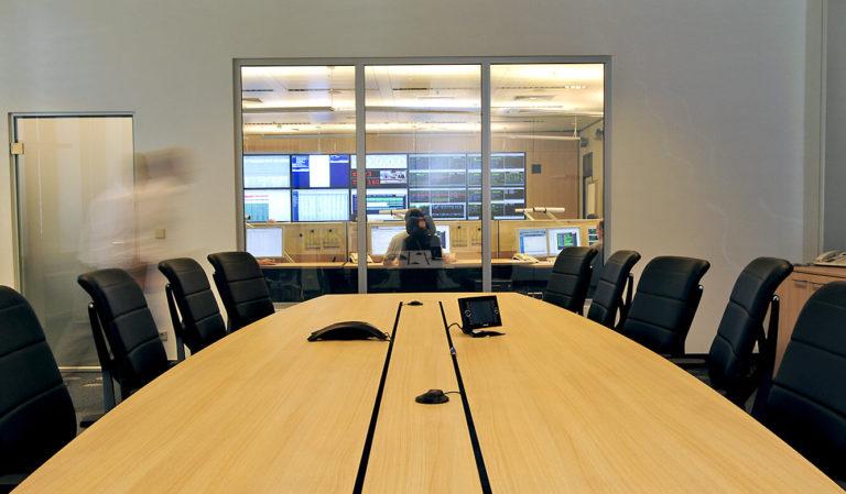 JST - ASIC - Konferenztisch mit Blick auf Operation Ceneter