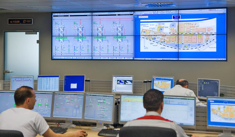 Audi Neckarsulm: Zentrale Leitwarte. Operator-Tische und Großbildsystem von JST