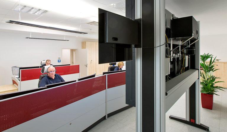 JST Referenzen - Dussmann Service: Großbildwand. Blick auf die Operatortische