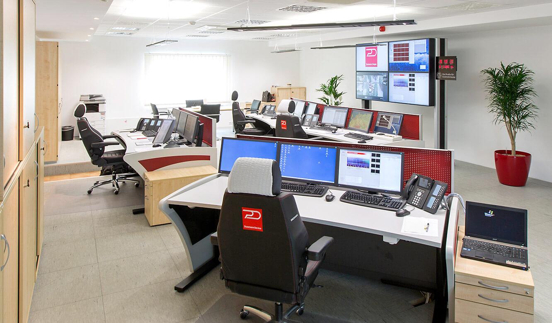JST Referenzen - Dussmann Service: Operatortische. Blick auf die Großbildwand