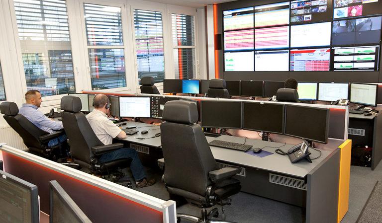 ecotel Frankfurt - Engineering & Datacenter - JST Arbeitsplätze und Großbildwand