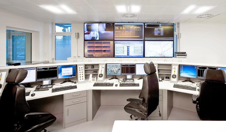 JST - Ehrl Security, München: Notruf– und Serviceleitstelle. Operator-Tische und Großbildwand.