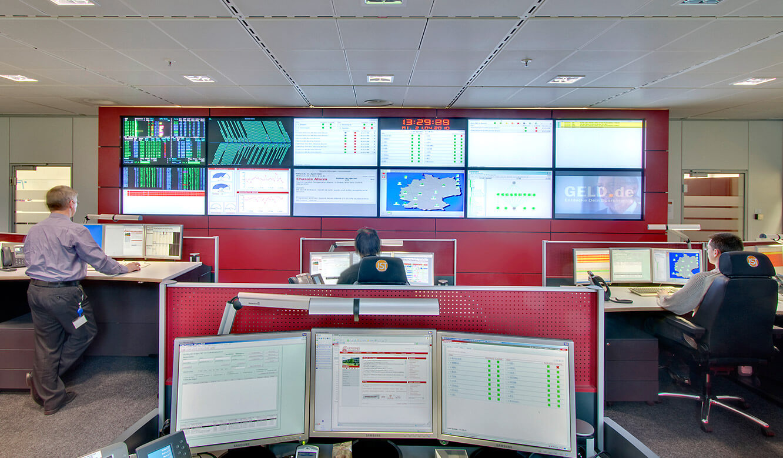 Generali Aachen - IT-Leistand von JST - Blick auf Großbildwand