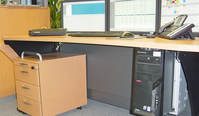 JST - Hannover Rück - ServiceDesk - Flexibler PC-Halter und Rollcontainer
