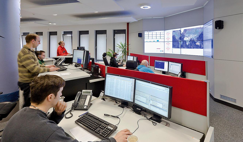JST Referenzen - Senvion - Operator-Tische vor der Großbildwand