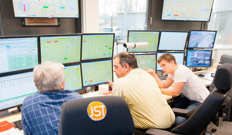 JST - Stadtwerke Neuss - Leitstelle. Monitore ergonomisch angebracht.