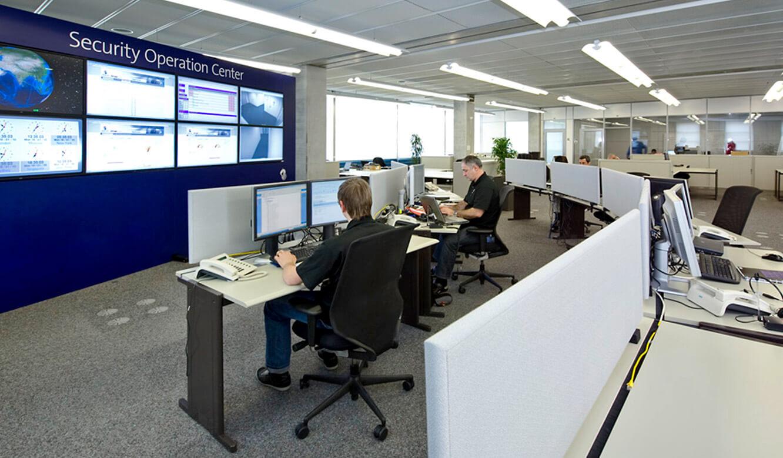JST - Swisscom: Security Operation Center - Mitarbeiter an den Operator-Tischen.