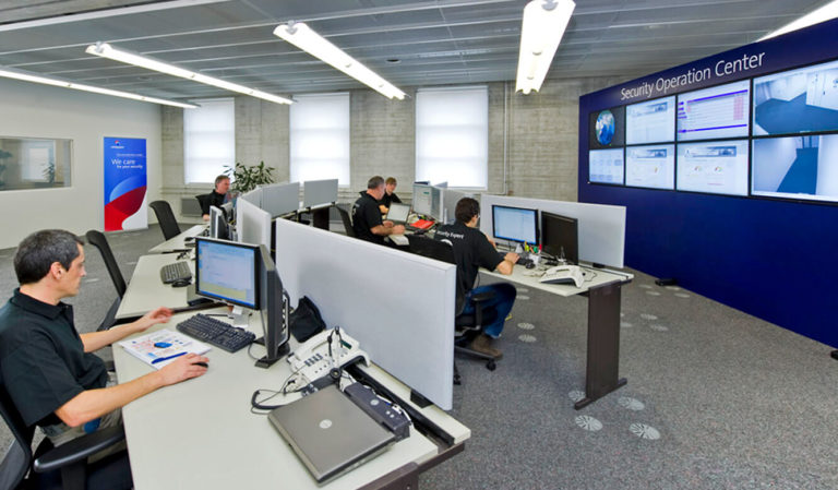 JST - Swisscom: Security Operation Center - Operator-Tische und Großbildwand