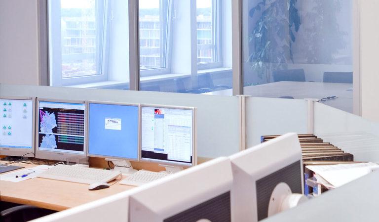 JST - Telefonica o2. Leitstand. Intelligente schaltbare Glastrennwand. Hier durchsichtig.