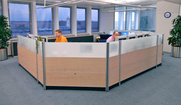 JST - Telefonica o2: Neuer Leitstand. Mitarbeiter an den Leitstand-Tischen.