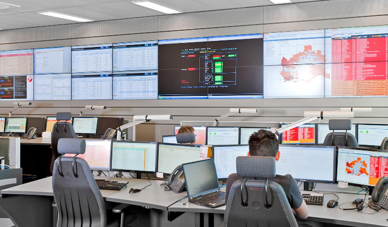 UniCredit Wien. Controlroom. Blick auf die Großbildwand.