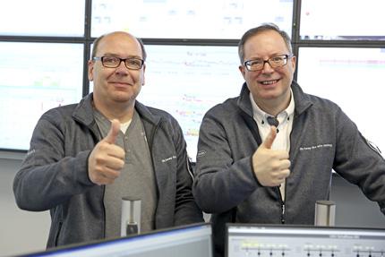 JST Referenzen - Roche Diagnostics - Christian Allinger und Hans Snella geben Daumen-Hoch-Signal für die neue Leitwarte