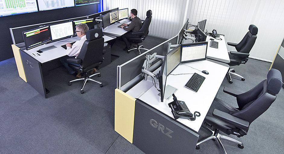 GRZ-Linz - Arbeitsplätze im Kontrollraum mit Großbildwand