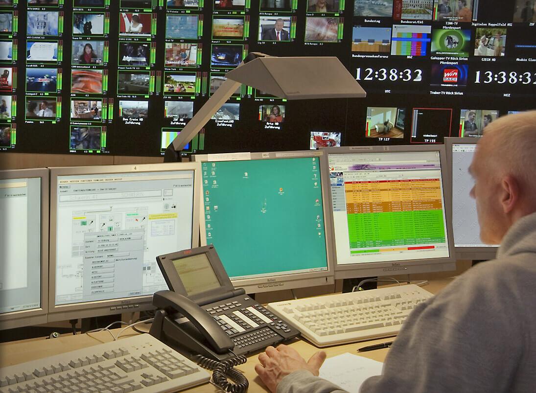 Grafik-Controller verteilt Signale an beliebiger Stelle und in beliebiger Skalierung auf der Großbildwand
