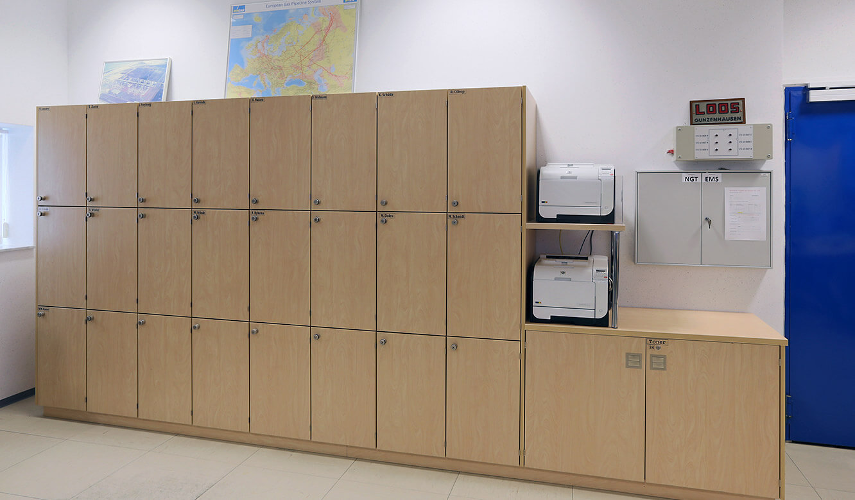 JST-Gassco Emden: Spezialschrank-Anfertigung mit abschließbaren Personalaity-Cases