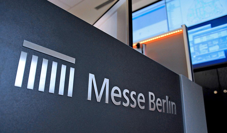 JST-Messe Berlin: das Firmenlogo wurde gut sichtbar in die neue Leitwarte integriert