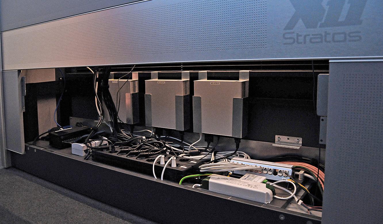 JST-Messe Berlin: im Versogrungsraum der Stratos Operator-Tische befindet sich viel Platz für große Kabelmengen und technische Installationen