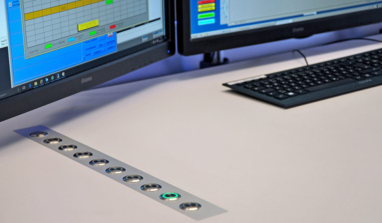 JST-Messe Berlin: das Command-Panel wurde flächenbündig in die Tischplatten integriert