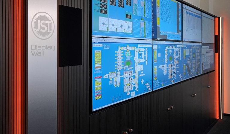 JST-Messe Berlin: Großbildwand mit acht LC-Displays