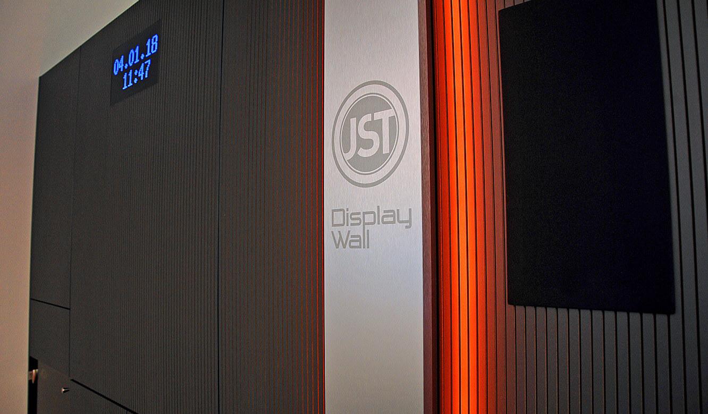 JST-Messe Berlin: Alarmlight und Lautsprecher wurden in die DisplayWall integriert