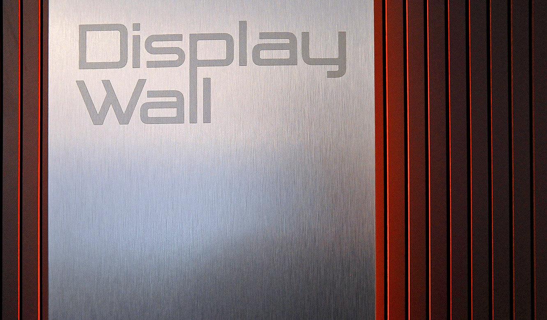 JST-Messe Berlin: Akzentstreifen aus gebürstetem Aluminium tragen zur modernen Optik der Großbildwand bei