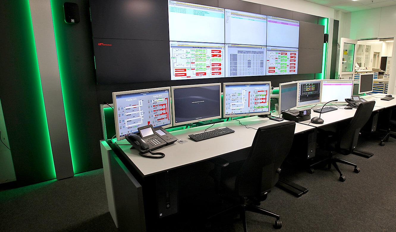 JST-AUDI Montageleitstand Ingolstadt: Arbeitsplätze vor der Großbildwand