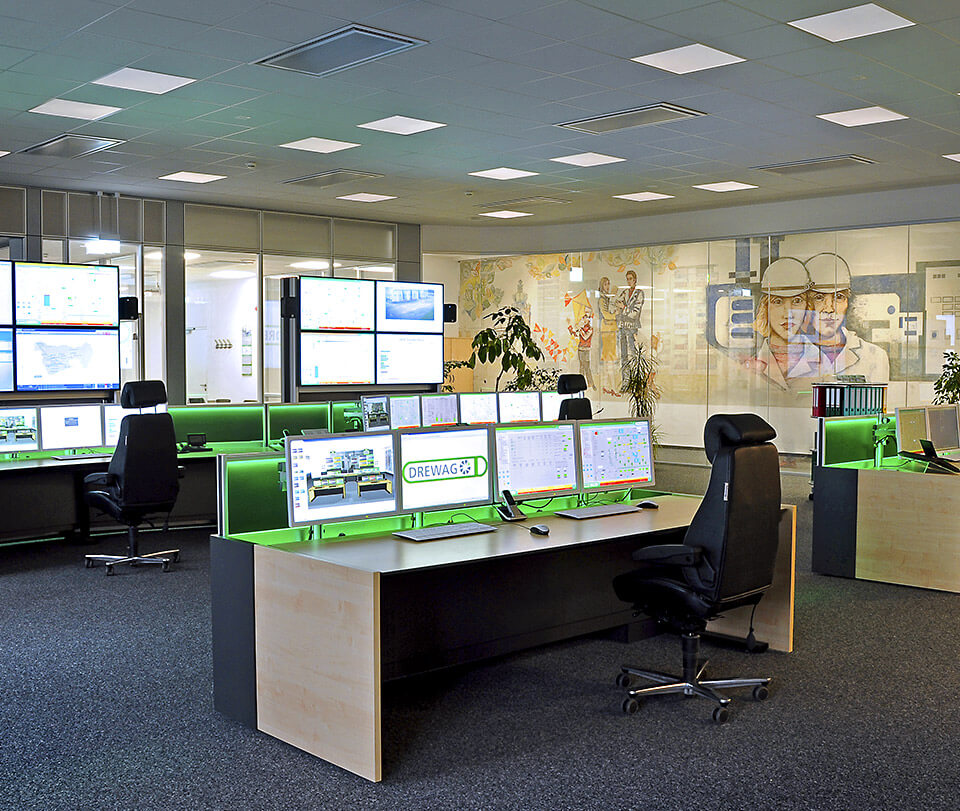 2-JST-DREWAG-control-room-with-workstations-in-front-of-large-display-walls
