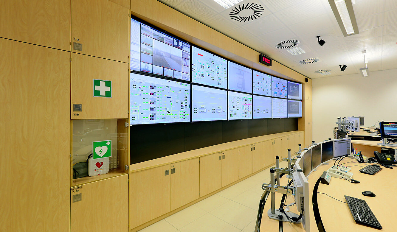 JST Gassco Emden: Großbildwand mit zwöfl 55 Zoll großen Displays