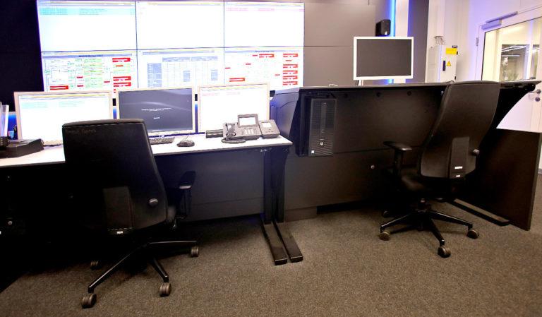 JST-AUDI Montageleitstand Ingolstadt: höhenverstellbare Arbeitstische mit PC-Halterungen