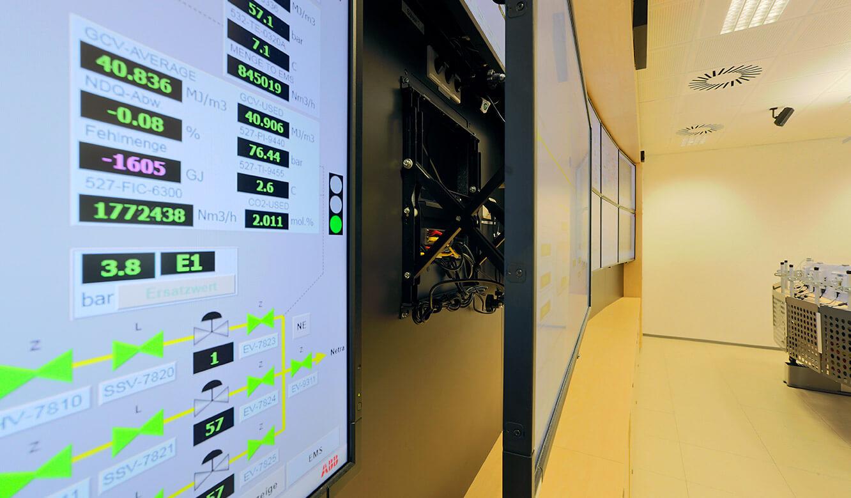 JST Gassco Emden: Großbild-Display mit leicht zugänglichem Quick-Out-Montagesystem