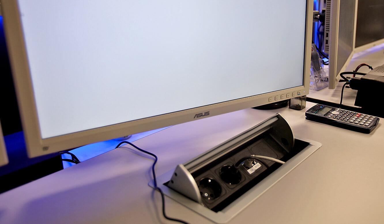 JST-AUDI Montageleitstand Ingolstadt: Power-Port-Data-Box macht alle Anschlüsse direkt am Arbeitsplatz verfügbar