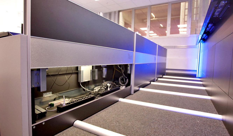 JST-AUDI Montageleitstand Ingolstadt: Operator-Tisch mit beleuchtetem Versorgungsraum