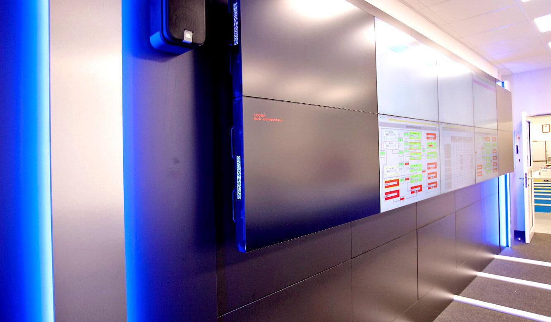 JST-AUDI Montageleitstand Ingolstadt: Display-Suit mit Edelstahl-Design-Streifen