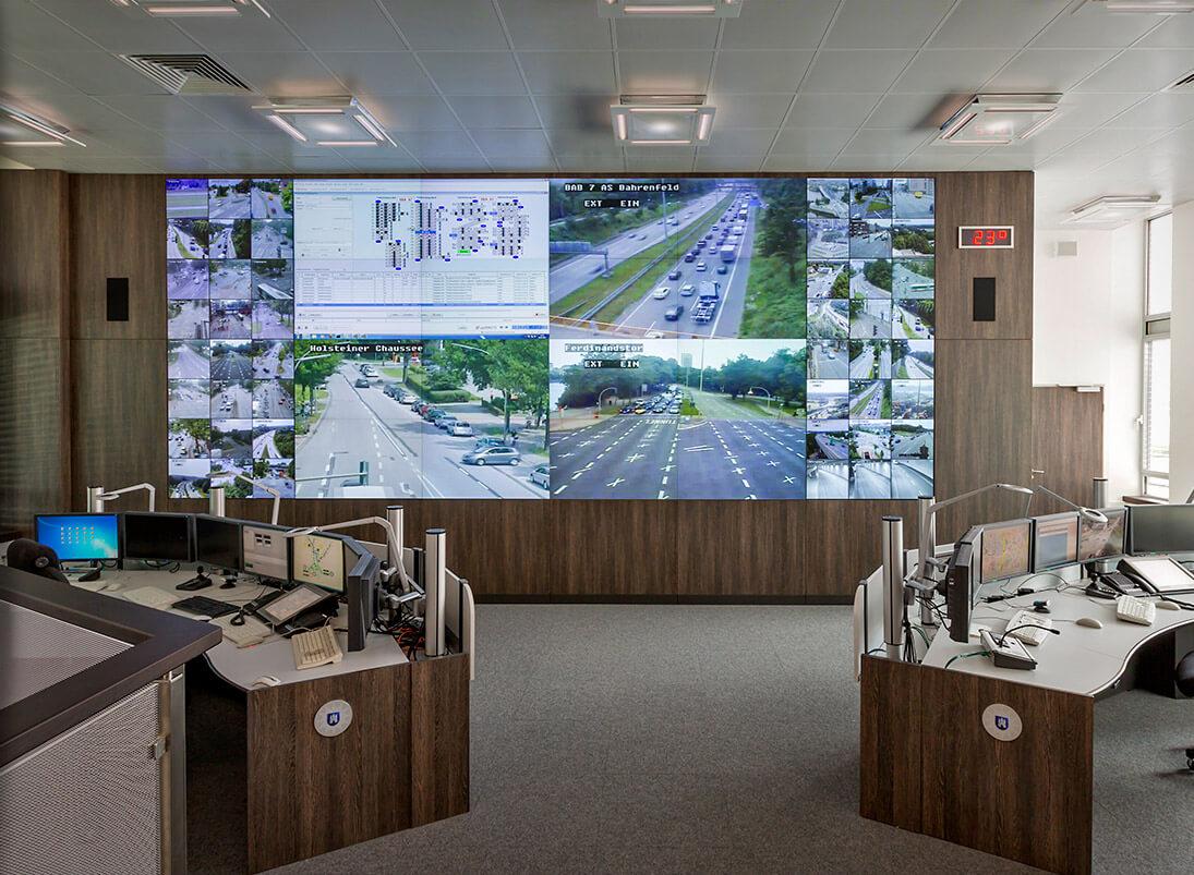 JST-Komponente Monitorwand: Großbildwand im Leitstand Polizei Hamburg