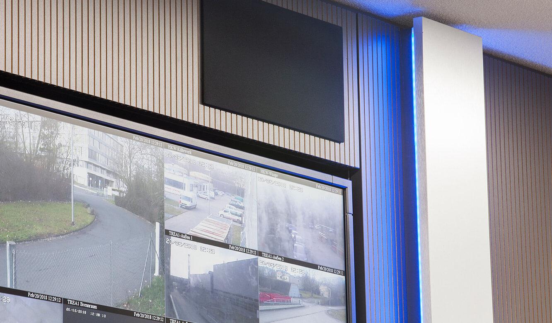 JST-Stadtwerke Gießen: Lautsprecherboxen des Audio-Pakets in die Verkleidung der Großbdilleinwand integriert