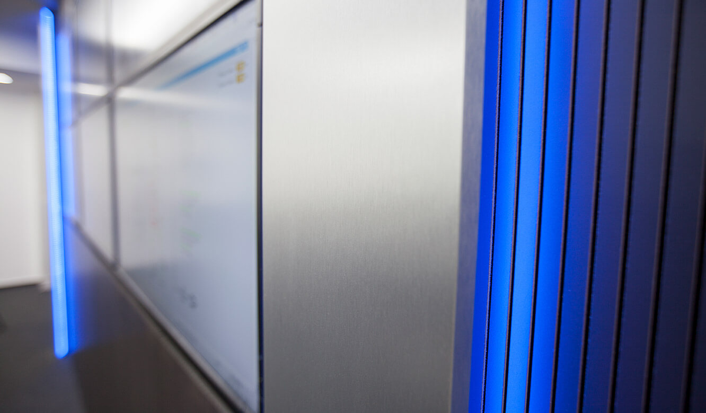 JST-Stadtwerke Gießen: die Akustik-Paneele der Großbildwand tragen zur Schallabsorption bei