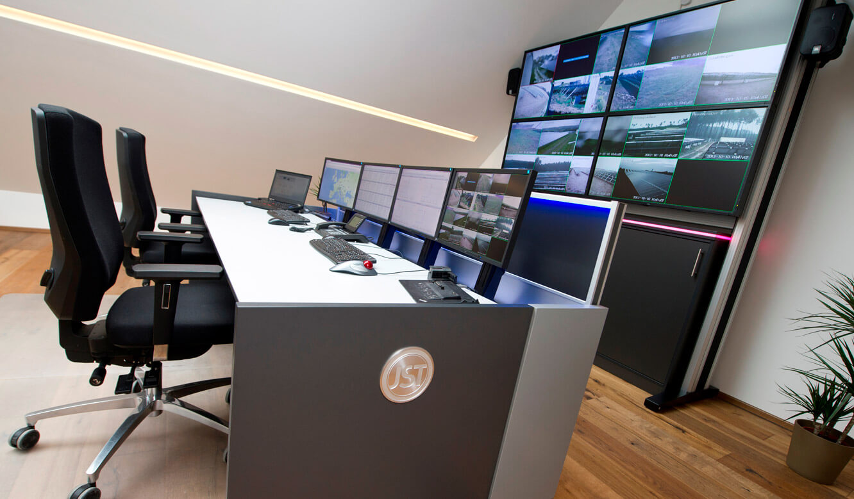 JST - GP Joule Kontrollraum: Herabgesenkte Monitore sorgen für eine mustergültige Sicht auf die Großbildwand