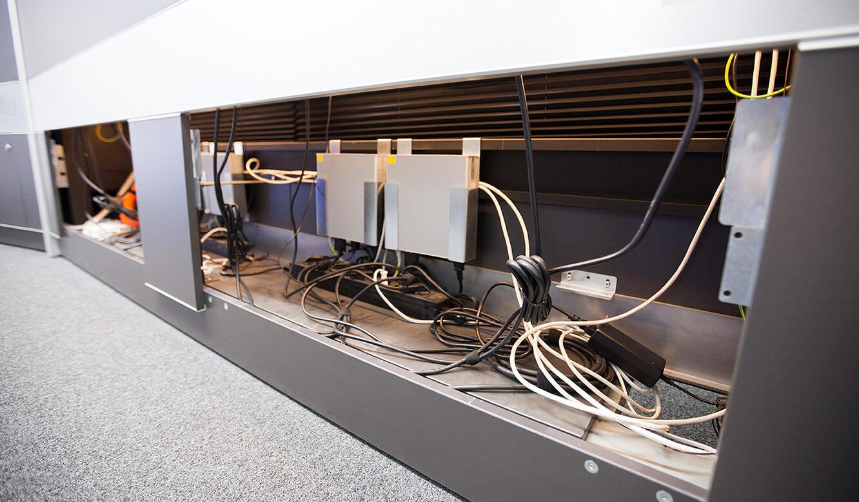 JST-Stadtwerke Gießen: Receiver für das MultiConsoling findet im Stauraum der Operator-Desks Platz