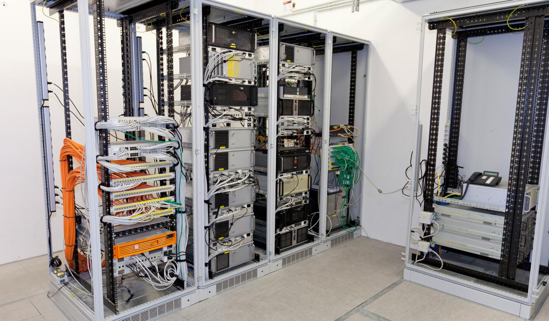JST-Spenner Zement: Die gesamte Technik vom Arbeitsplatz entfernt installiert