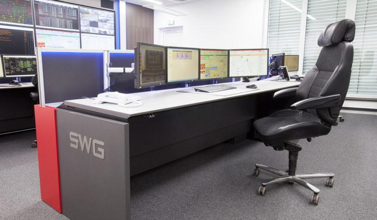 JST-Stadtwerke Gießen: ergonomischer Leitstellen-Tisch mit Recaro-Operator-Stuhl