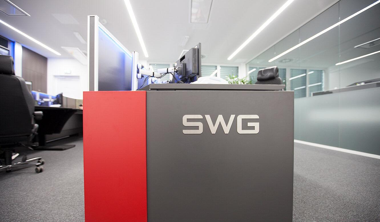 JST-Stadtwerke Gießen: Individualisierung. Leitwartentisch mit Logo des Unternehmens