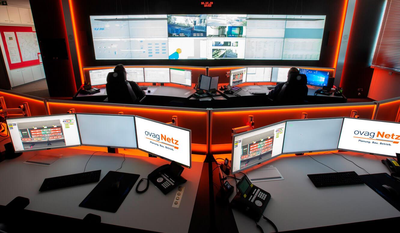 JST - ovag Netz GmbH - Netzleitstelle: ergonomische Leitwartenmöbel vor der Videowall