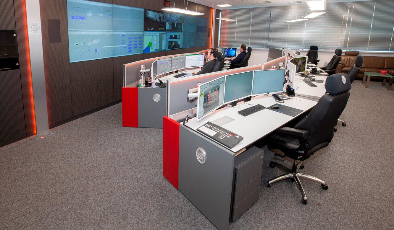 JST - ovag Netz GmbH - Netzleitstelle: Operator-Arbeitsplätze vor der Großbildwand