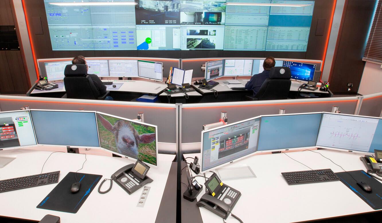 JST - ovag Netz GmbH - Netzleitstelle: Blick vom Leitwarten-Arbeitsplatz auf die VideoWall