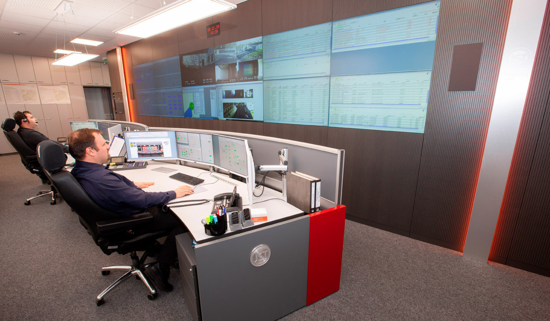 JST - ovag Netz GmbH - Netzleitstelle: höhenverstellbarer Leitwartentisch in der Sitzposition